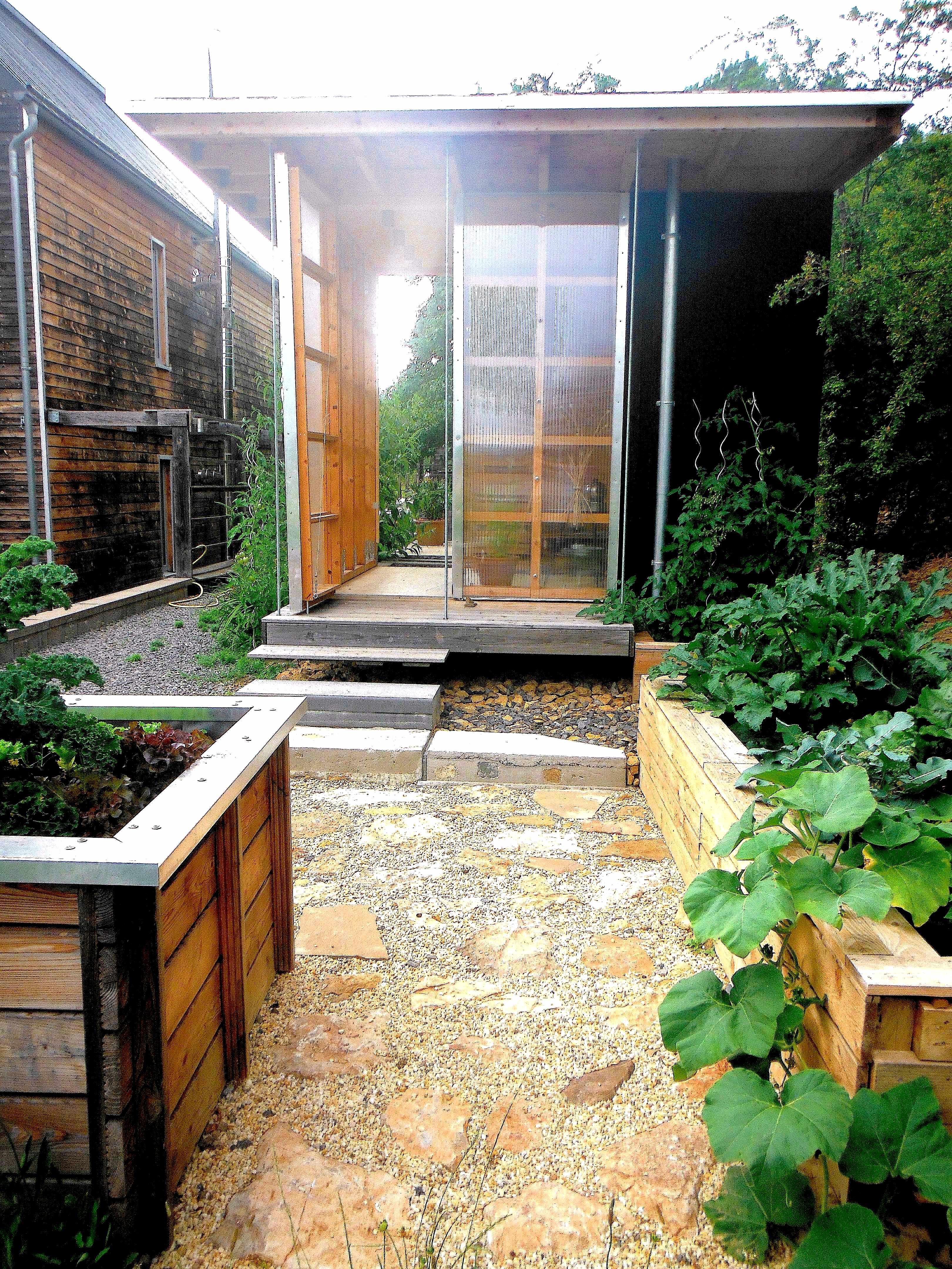 T-Haus mit Gartenhof und Hochbeeten