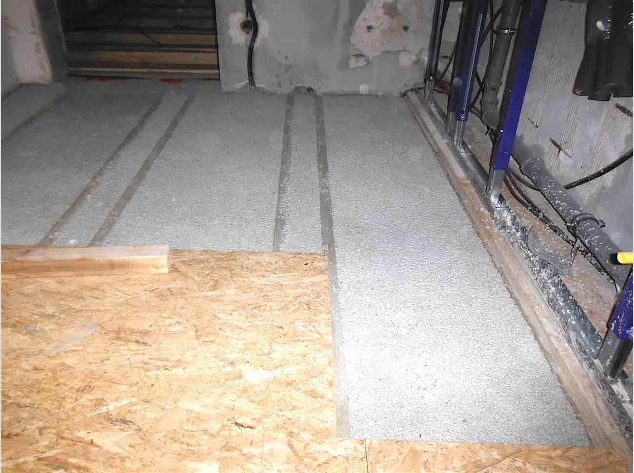 verstärkte und ausnivellierte Holzbalkendecke mit Leichtestrich (Schallschutz)
