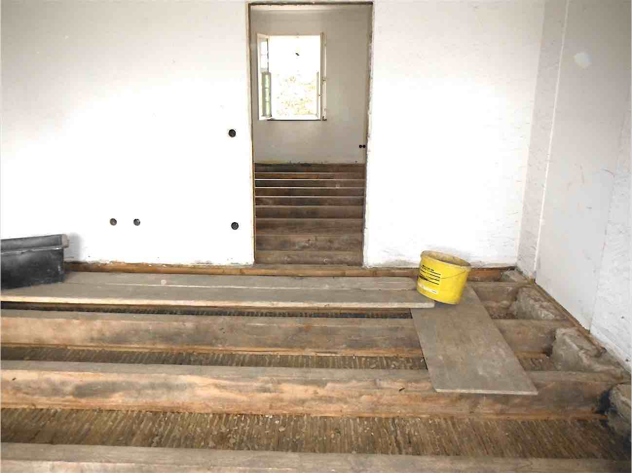 Abbruch + Rückbau: Ausräumen der Bestands-Holzbalkendecke wegen Überlastung